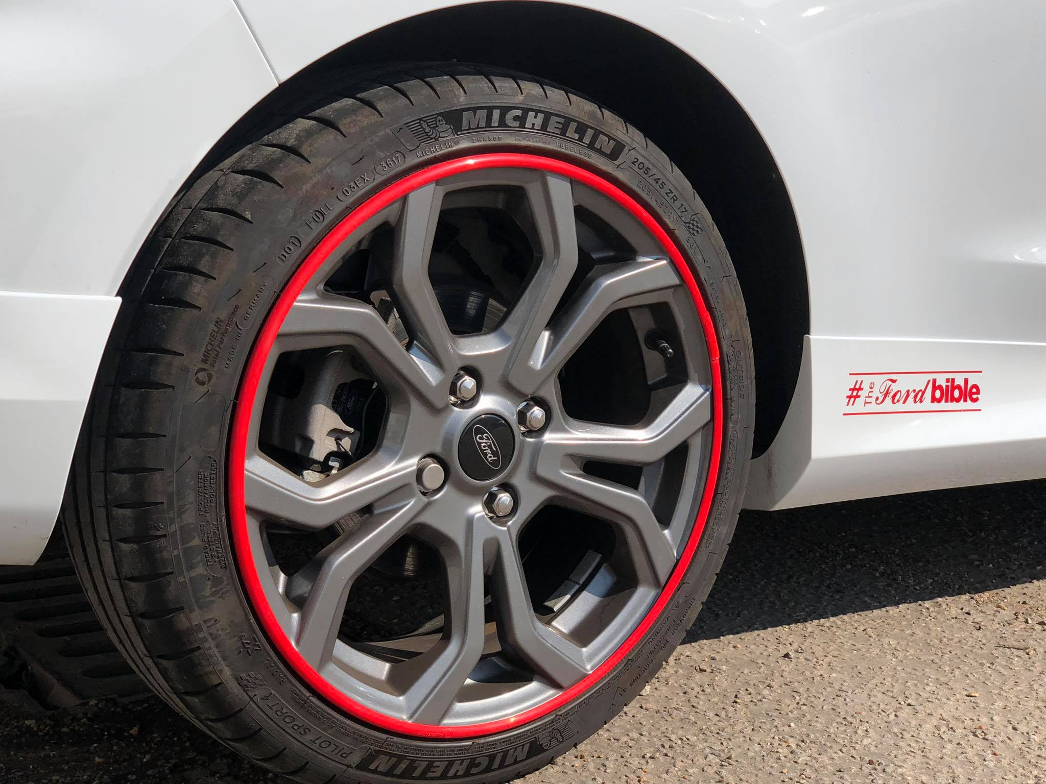 Red trim on Ford alloys